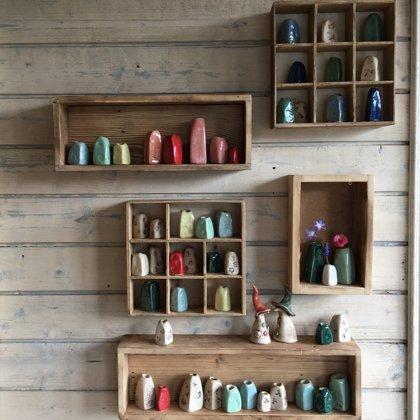 Mini-Vasen für einzelne Blümchen, Steinzeugton, Preis je €3,-