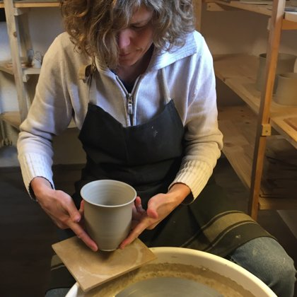 Das Gefäß wird vorsichtig auf einem Holzbrett gelegt und zum Trocknen hingestellt.